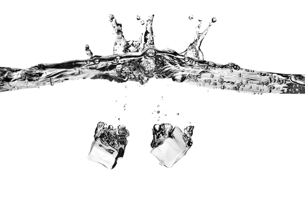 I cubetti di ghiaccio sono caduti in acqua con spruzzata isolata su bianco