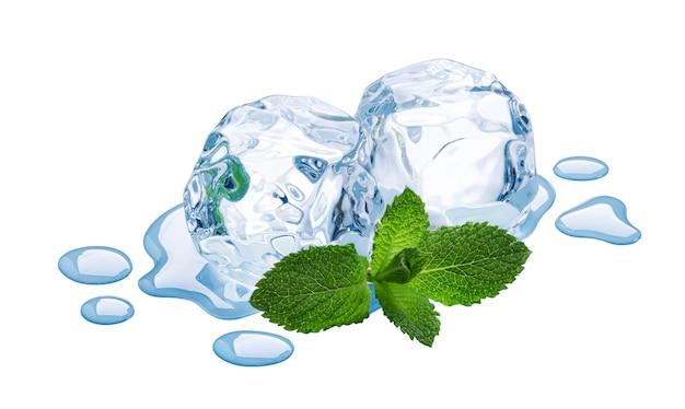 Cubetti di ghiaccio con foglie di menta isolati su sfondo bianco