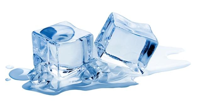 Cubetti di ghiaccio con pezzi di ghiaccio tritato isolati su sfondo bianco
