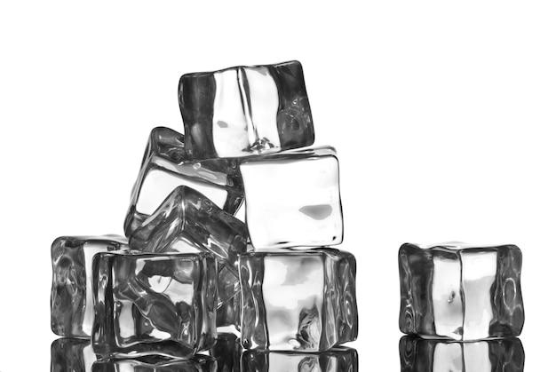 Cubetti di ghiaccio con gocce d'acqua isolati su bianco