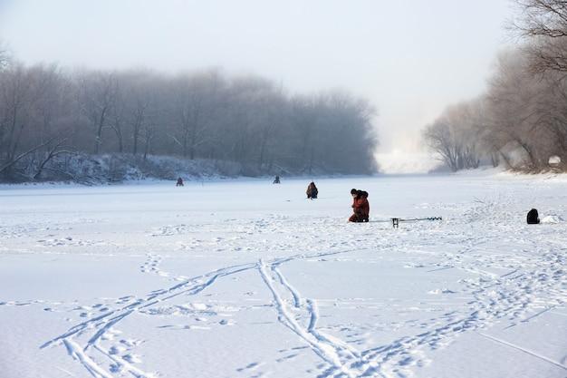 Pesca sul ghiaccio con i pescatori