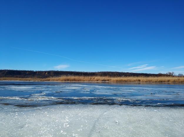 Lastroni di ghiaccio galleggiano sul fiume. scongelare alla fine dell'inverno.