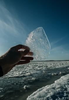 Struttura dei raggi del sole invernale mano di ghiaccio