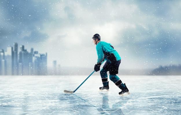 Giocatore di hockey su ghiaccio in azione sul lago ghiacciato