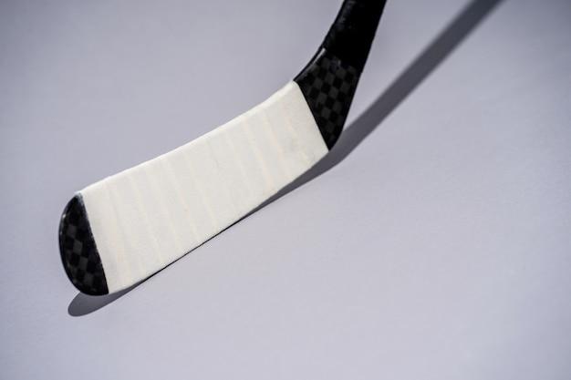 Bastone di hockey su ghiaccio su fondo bianco isolato