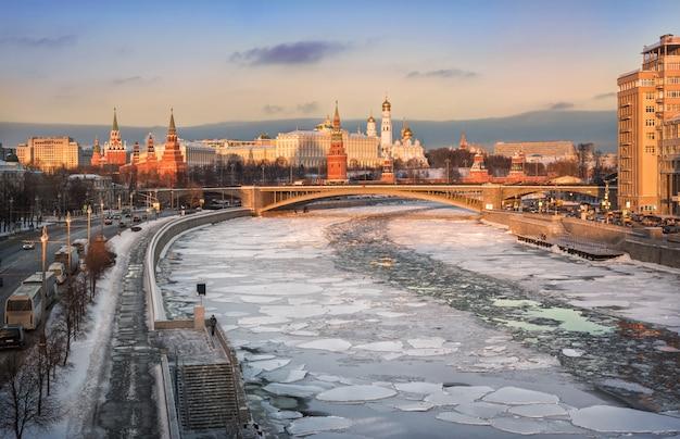 Ghiacci sul fiume di mosca e sul cremlino di mosca la vista dell'inverno alla luce del tramonto