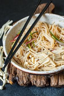 Spaghetti di ghiaccio verdure enoki cellophane pasta miso ramen zuppa funchose pho frutti di mare