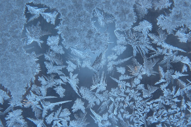 Modelli di ghiaccio sulla finestra congelata Foto Premium
