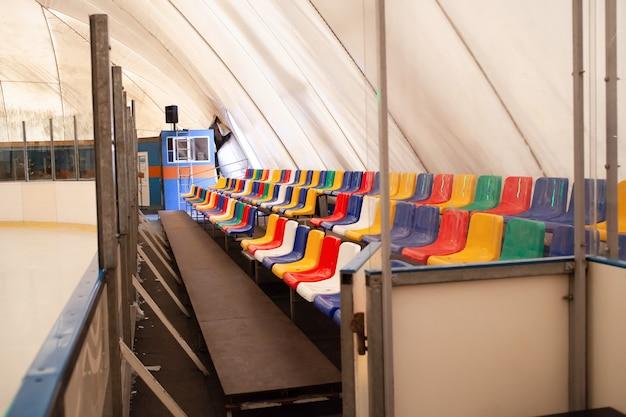 Sedili in tribuna multicolore pista di pattinaggio