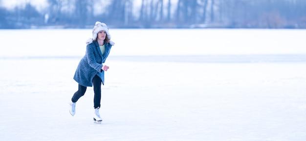Pattinaggio su ghiaccio su un laghetto ghiacciato in inverno banner