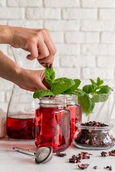 Tè freddo alla menta e bicchiere di frutta