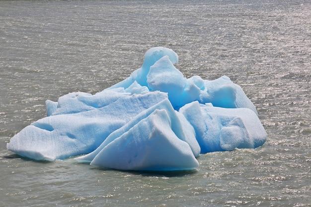 Iceberg nel lago grey nel parco nazionale torres del paine, patagonia, cile