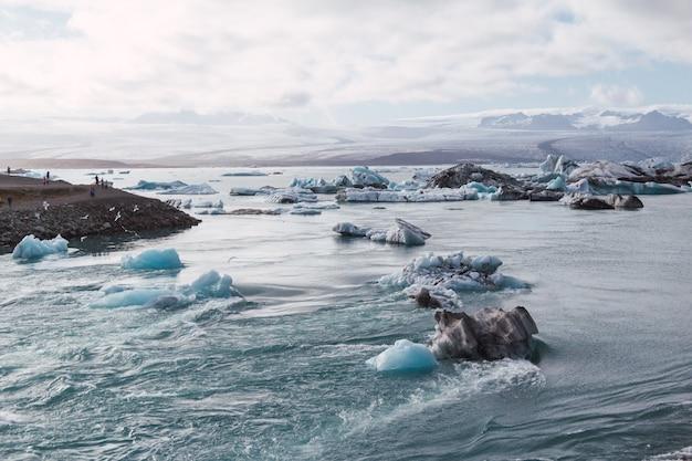 Iceberg nella laguna glaciale islandese al tramonto