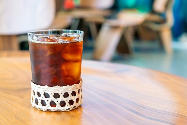 Bicchiere di caffè americano ghiacciato nel ristorante caffetteria caffetteria