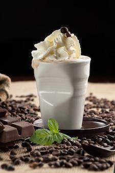 Frappuccino frullato ghiacciato, chicchi di caffè