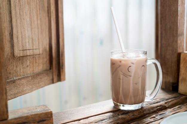 Bicchiere di frappè al cioccolato ghiacciato nel ristorante caffetteria