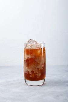 Cocktail ghiacciato al caffè con latte di cocco rinfrescante bevanda estiva messa a fuoco selettiva spazio copia