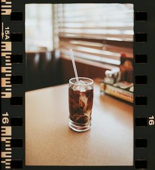 Caffè ghiacciato sul tavolo di un diner americano