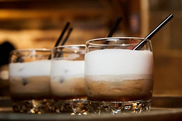 Caffè ghiacciato in bicchieri di vetro trasparente. primo piano, messa a fuoco selettiva