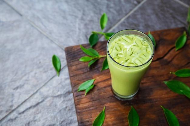 Tè verde ghiacciato e foglie di tè fresche per la salute
