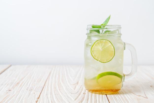 Miele ghiacciato e lime soda con menta - bevanda rinfrescante