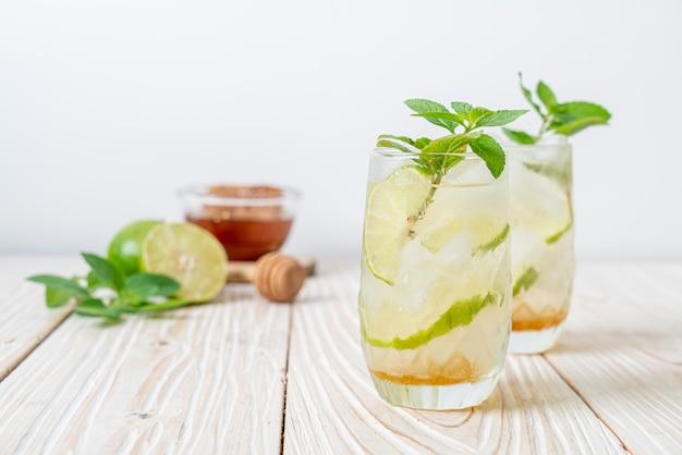 Miele ghiacciato e soda al lime con menta - bevanda rinfrescante Foto Premium