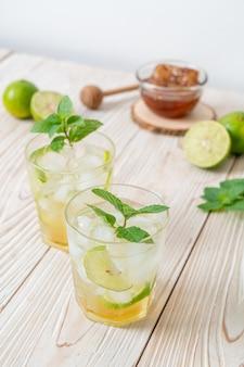 Miele ghiacciato e soda al lime con menta - bevanda rinfrescante