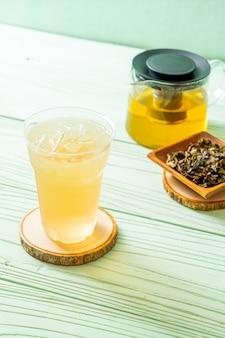 Tè freddo al gelsomino su legno