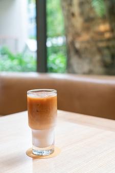 Bicchiere di caffè latte ghiacciato nella caffetteria e nel ristorante della caffetteria?