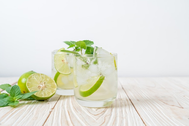 Soda ghiacciata al lime con menta - bevanda rinfrescante