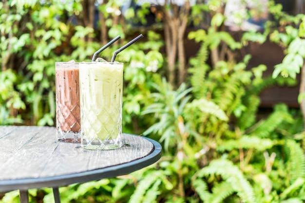 Tè verde matcha ghiacciato e bicchiere di cioccolato sul tavolo