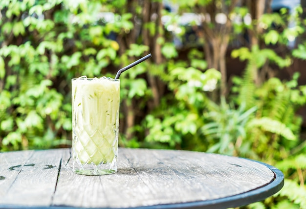 Bicchiere di tè verde matcha ghiacciato sul tavolo