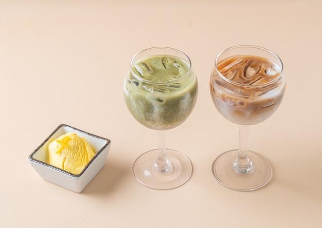 Latte freddo al tè verde matcha con bicchiere di caffè latte ghiacciato