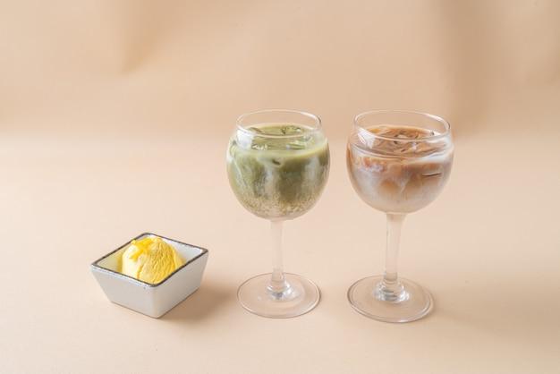 Latte di tè verde matcha ghiacciato con bicchiere di latte di caffè ghiacciato