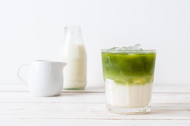 Latte freddo al tè verde matcha con latte