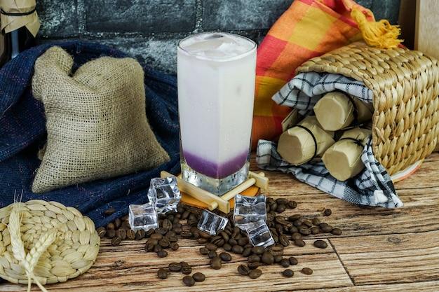Iced milkshake taro è combinato con polvere di taro, latte, tè preparato, ghiaccio e crema. il gusto è dolce, morbido, cremoso, quindi è perfetto da bere nell'area tropicale