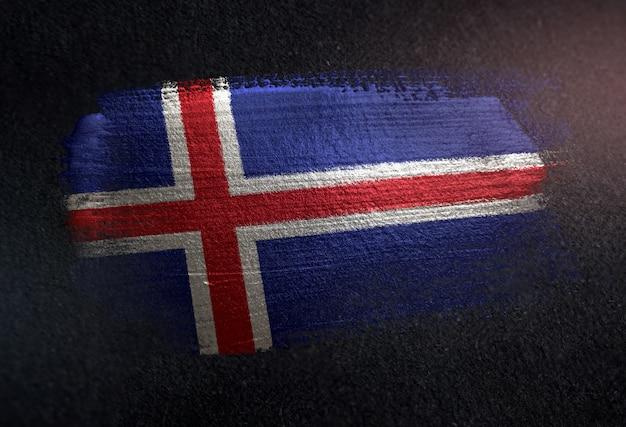 Bandiera dell'islanda fatta di vernice spazzola metallica sulla parete scura del grunge