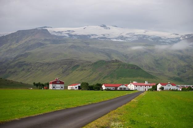 Fattoria islandese sotto il vulcano eyjafjallajokull che è esploso