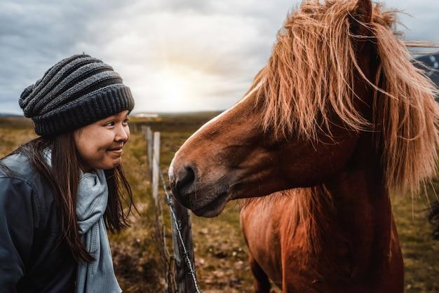 Cavallo islandese con donna
