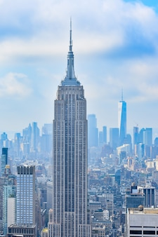 Iconica veduta aerea di new york city in una giornata di sole. raggi di sole tra i grattacieli e sfondo nuvoloso. concetto di viaggio. new york, stati uniti.