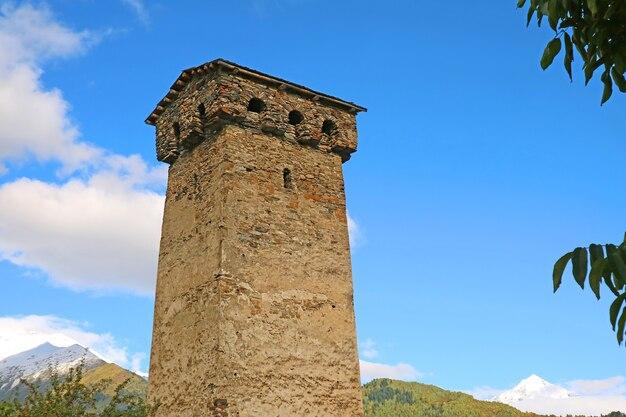 Iconica torre medievale svan, tradizionale abitazione fortificata a mestia, regione di svaneti, georgia