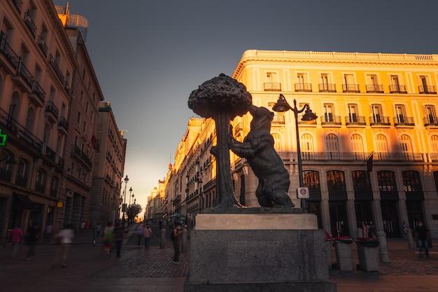 Simbolo iconico di madrid, l'orso e il corbezzolo in plaza del sol, spagna