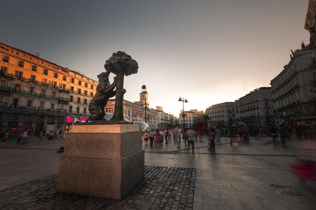 Simbolo iconico di madrid, l'orso e il corbezzolo in plaza del sol