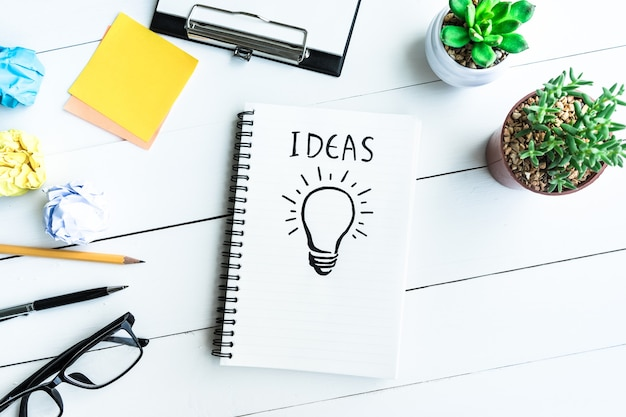 Concetti di idea con forniture da tavolo scrivania da ufficio e vaso di cactus