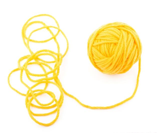 L'idea è un filo aggrovigliato. gomitolo giallo sul tavolo bianco