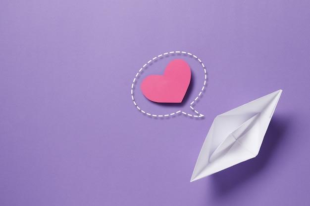 L'idea di una lettera per una dichiarazione d'amore barca di carta