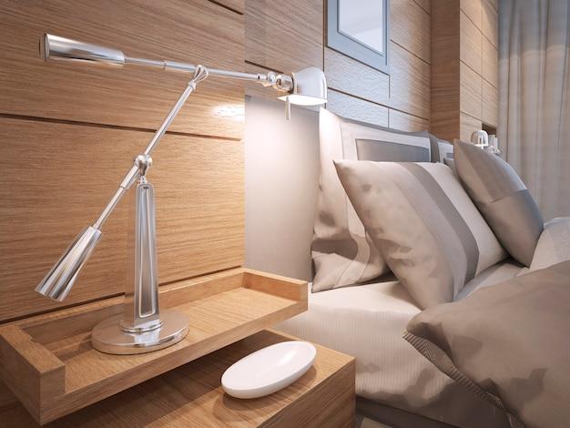 Idea di mensole sul comodino della camera da letto soppalco con lampada in camera con pareti rivestite in marrone