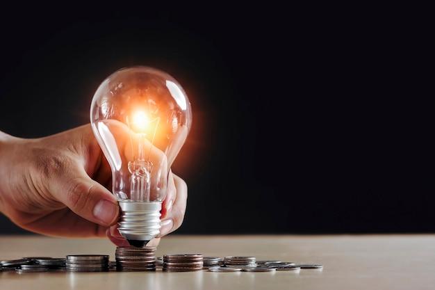 Idea risparmio di denaro con la pila di monete e il concetto di energia