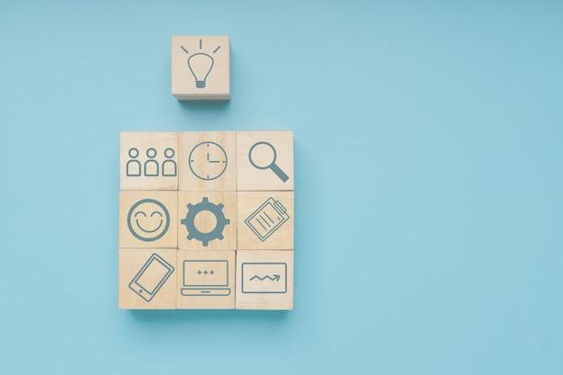 Idea blocco di legno con icona passo business per il successo, l'innovazione e il concetto di creatività