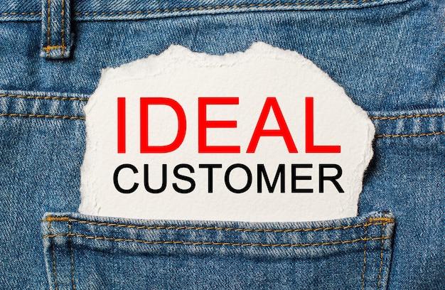 Cliente ideale su sfondo di carta strappata su jeans business e concetto di finanza